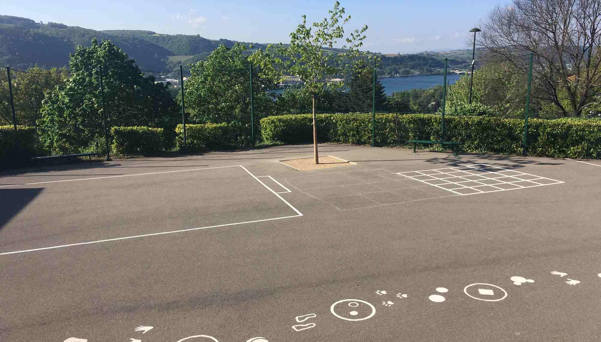 Vue sur la cour de l'école de Saint-Cyr-sur-le-Rhône